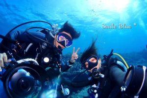 水納島の海の中でお客様と自撮り